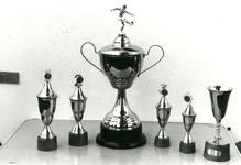 77 Foto van de bekers, beschikbaar gesteld als prijzen ten behoeve van het voetbaltoernooi
