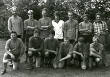 78 Groepsfoto van de voetbalploeg van 'De Zaagemölle' tijdens het voetbaltournooi 1982. Met namenlijsten