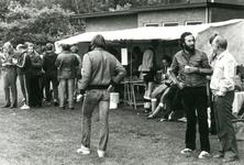 79 Foto van de fouragetent tijdens het 'Zaagemölle'- voetbaltoernooi, met links de spelers van het team van ...