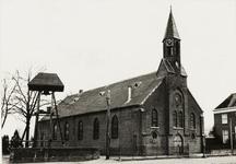 5642 St. Martinuskerk met daarnaast de klokkenstoel en rechts een gedeelte van de pastorie in Wijnbergen
