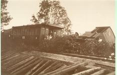 1095-13-051 Door de cycloon ontspoorde locomotief op de lijn Neede-Borculo. Het treinnummer leest 7710, het voorste ...