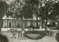 1095-19-002 Terras van hotel café restaurant De Gouden Karper van de familie Remmelink