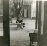 1095-19-038 Terras van café De Gouden Karper van de familie Remmelink