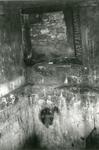 1095-40-0996 Hol nr. 1 waarin de onderduikers schuilden op boerderij De Zonnenberg. De brandsporen rond de luchtkoker ...