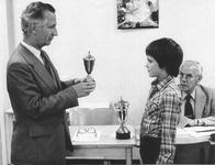0628 Prijsuitreiking Aaltense schaakkampioenschappen. De voorzitter van de schaakclub reikt een beker uit aan de ...