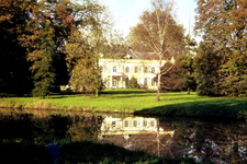 057 Huis Landfort met weerspiegeling in de gracht, dia