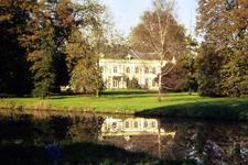 058 Huis Landfort, met weerspiegeling in de gracht, dia