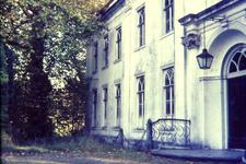 160 Huis Landfort, deel noord-gevel, met Plataan bij de noord-oost hoek van het huis, rechts de hoofdingang met lantaarn, dia