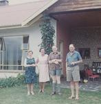 20-00186a De familie de Vos voor hun huis op het landgoed Groenlo, te Plettenbaai, Zuid Afrika