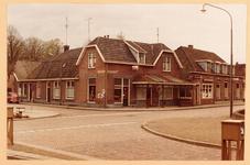 791 Straathoek met brood- en banketzaak V.d. Weer