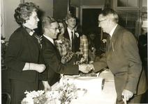 1095-15-131 Dokter C.G. Wolf wordt gefeliciteerd door collega J.A. van Gellicum