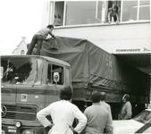 1095-15-178 Een Griekse vrachtwagen zit klem onder het gemeentehuis