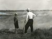1095-25-0534 Boer en diens zoon staan bij opzettelijk gestichte heidebrand ten behoeve van landontginning