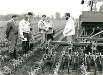 0005 Groepsfoto bij een landbouwmachine op een maisveld