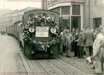 12-001 Tram (GTW), stoomtram, tramlocomotief met goederenwagons verlaat voor de laatste maal (afscheid) het ...