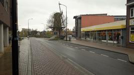 NL-DtcSARA_1628_0002 Door Corona gesloten winkels en lege straten bij de Walmolen