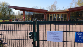 NL-DtcSARA_1628_0022 Theepaviljoen en kinderboerderij Horsterpark gesloten door maatregelen Corona