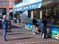 NL-DtcSARA_1628_0028 In de rij bij marktkraam vishandel M. Zeefat