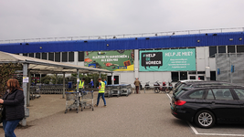 NL-DtcSARA_1628_0054 Ontsmetting winkelwagentjes door personeel Makro