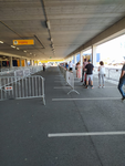 NL-DtcSARA_1628_0074 Lange rij voor de Ikea