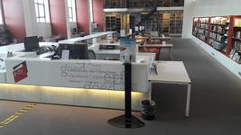 NL-DtcSARA_1628_0076 Spatscherm en desinfectiezuil op studiezaal Erfgoedcentrum Achterhoek en Liemers