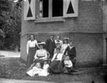 299-0172 Het gezin Pelgrom von Motz van Enghuizen, bij de toren van Enghuizen in Zevenaar. , 1895-1925