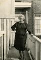 55-0013 Johanna Marie Bernardine Lubbers op het balkon van haar appartement, ca. 1950