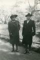 75.10 V.l.n.r. Wilhelmina Adriana Doolhoff (Wil) en Heiltje W.P.C. Louise H. Hoek in het Vondelpark te Amsterdam, ca. 1950