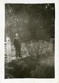 85-0004 Mog. Abraham Willemsen, echtgenoot Johanna Christina Augusta Collignon, inwoner van Zevenaar, in een tuin, ca. 1950