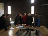 10038 binnenkant watertoren groep genodigden (personen) aan het Fabriekslaantje bij de Echteldsedijk, 12-12-2012